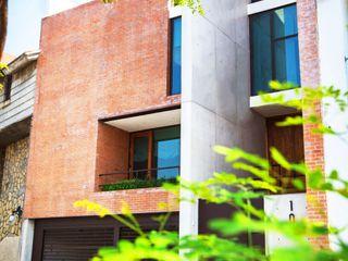 Lozano Arquitectos Case in stile industriale Laterizio
