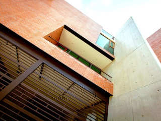 Lozano Arquitectos Balcone, Veranda & Terrazza in stile industriale Cemento