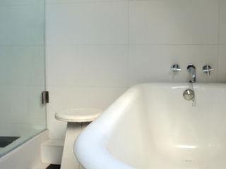 ESTUDIO BASE ARQUITECTOS Ванна кімната Білий