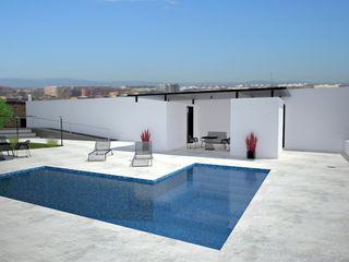 Pepa Navarro Interiorismo ミニマルスタイルの プール