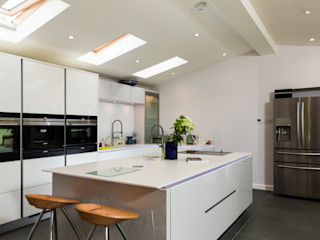 Nobilia Project 11 Gloss lacquer in white with continuous handle rail Eco German Kitchens Cucina moderna MDF Bianco
