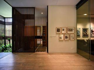 Sen's Photographyたてもの写真工房すえひろ Modern Corridor, Hallway and Staircase