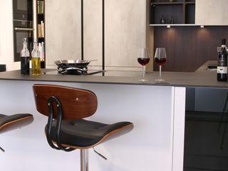 Unsere Küchenausstellung in Schwabach Küchen Häupler Moderne Geschäftsräume & Stores Beton Weiß