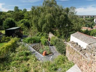Miner's Cottage II design storey Rustik Bahçe