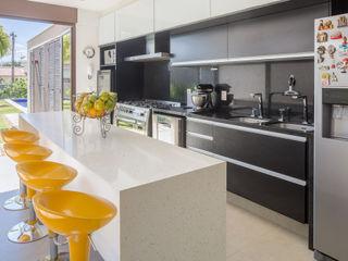Casa LA - Esquadra Arquitetos + Yi arquitetos Joana França Cozinhas modernas