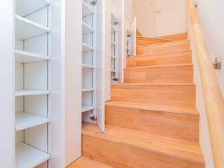 インデコード design office Modern Corridor, Hallway and Staircase White