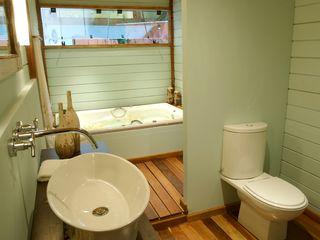 Juliana Lahóz Arquitetura Tropical style bathrooms Wood Green