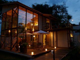 Juliana Lahóz Arquitetura Tropical style houses Wood Transparent