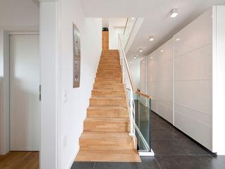 KitzlingerHaus GmbH & Co. KG Modern Corridor, Hallway and Staircase Wood