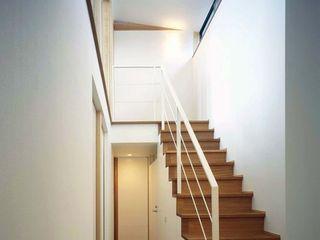 西中島の家 FrameWork設計事務所 ラスティックスタイルの 玄関&廊下&階段