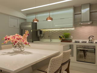 Renata Matos Arquitetura & Business KitchenTables & chairs Glass Beige