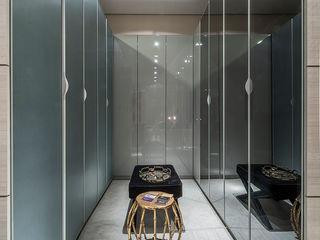 Renata Matos Arquitetura & Business BedroomWardrobes & closets MDF Grey