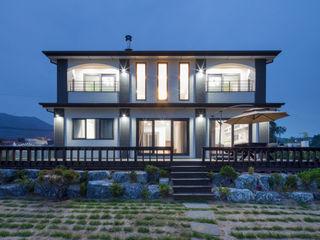 공간감 있는 내부 구조가 매력적인 내추럴풍 주택 (제천 신월동) 윤성하우징 모던스타일 주택