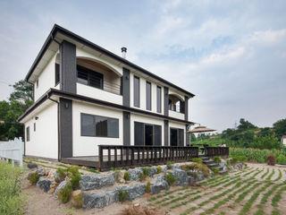 공간감 있는 내부 구조가 매력적인 내추럴풍 주택 (제천 신월동) 윤성하우징 모던스타일 정원 그레이