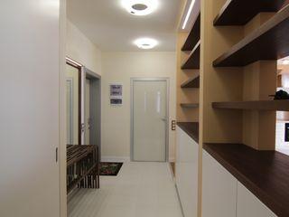 Bellarte interior studio Koridor & Tangga Minimalis White