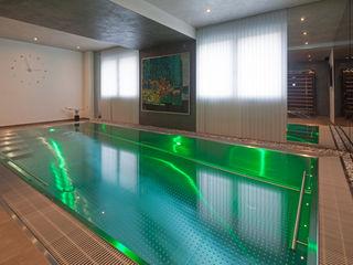 Schwimmhallen-Neubau mit Edelstahlpool und Elementsauna Hesselbach GmbH Moderne Pools Eisen/Stahl Metallic/Silber
