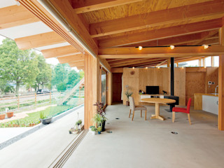 KAZ建築研究室 Eklektyczny salon Drewno