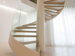 Ni.va. Srl Modern Corridor, Hallway and Staircase Metal White
