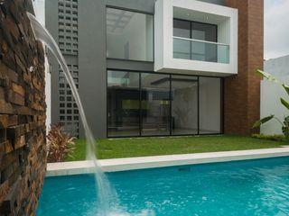 ROKA Arquitectos Piscine minimaliste Bois d'ingénierie Effet bois