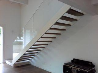 Nuova scala con doppio cosciale Ideal Ferro snc Ingresso, Corridoio & Scale in stile moderno Ferro / Acciaio Bianco