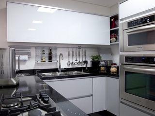 Adriana Fiali e Rose Corsini - FICODesign Modern style kitchen Wood White