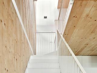 59RUT New house between dividing walls in the centre of Terrassa Vallribera Arquitectes Minimalistischer Flur, Diele & Treppenhaus