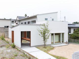 中庭のある白い家 TKD-ARCHITECT モダンな 家