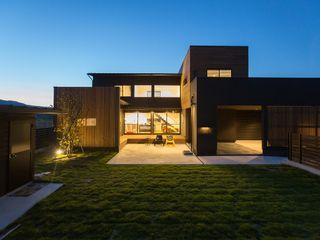 ディスプレイガレージのある家 TKD-ARCHITECT モダンな 家 木 黒色