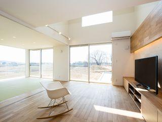 桜を眺める家 TKD-ARCHITECT モダンデザインの リビング 木