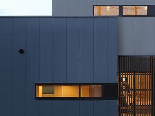 中土間のある空間 TKD-ARCHITECT モダンな 家 灰色