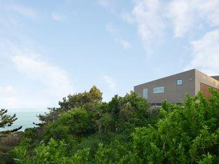 海にくらす TKD-ARCHITECT モダンな 家