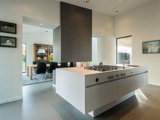 Villa Dautzenberg Van der Schoot Architecten bv BNA Moderne keukens Hout Wit