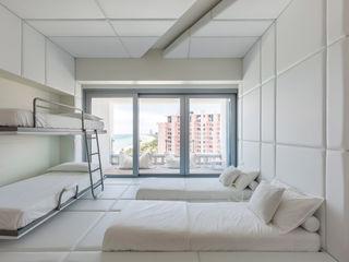 A Pied-à-terre in Miami Beach, by Alessandro Isola Alessandro Isola Ltd Camera da letto moderna Bianco