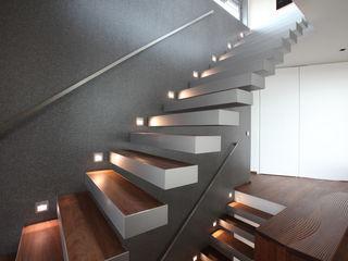 Neugebauer Architekten BDA Modern Corridor, Hallway and Staircase
