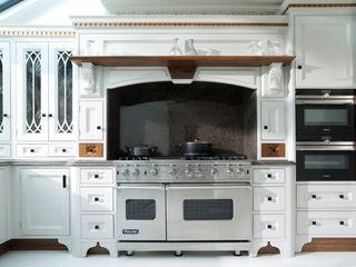 Light Grey Hand Painted Kitchen Verdi Kitchens Cucina in stile classico Grigio