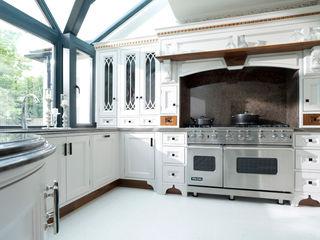 Light Grey Hand Painted Kitchen Verdi Kitchens Cucina in stile classico Legno massello Grigio