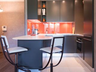 Cuisine orange laqué modèle Sigma, ouverte sur salon, style chic et moderne LA CUISINE DANS LE BAIN SK CONCEPT Cuisine minimaliste