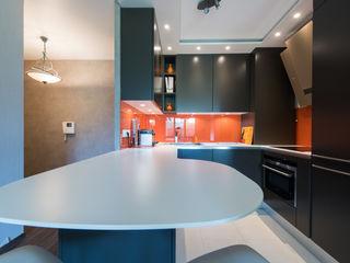 Cuisine orange laqué modèle Sigma, ouverte sur salon, style chic et moderne LA CUISINE DANS LE BAIN SK CONCEPT CuisineTables, chaises & bancs