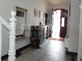 BECKER INTERIORS Classic style corridor, hallway and stairs Tiles White