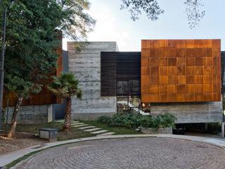 Studio Leonardo Muller Rumah Modern Beton
