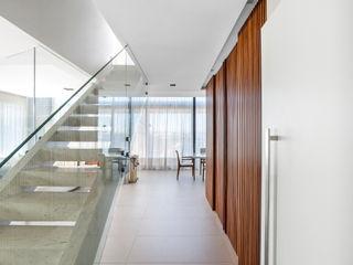 Studio Leonardo Muller Koridor & Tangga Modern Kayu White