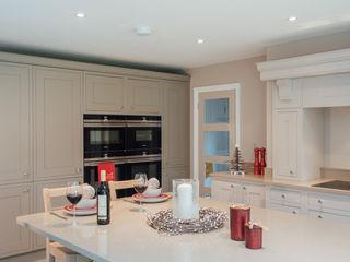 Raycross Interiors Cocinas de estilo clásico Beige