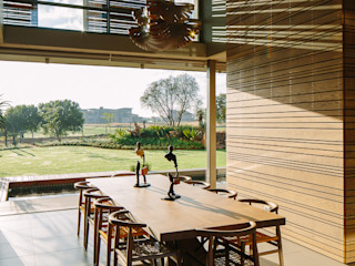 House Serengeti www.mezzanineinteriors.co.za Modern dining room Wood Wood effect