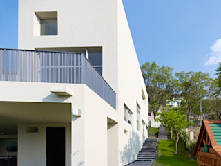 RESIDENCIA OROZCO Excelencia en Diseño Casas minimalistas Hierro/Acero Beige