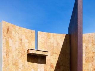 CASA LAGOS Excelencia en Diseño Casas minimalistas Piedra Ámbar/Dorado