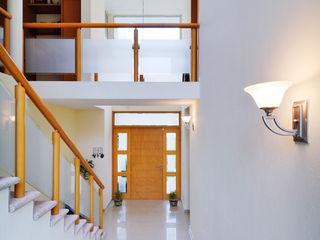 CASA LAGOS Excelencia en Diseño Pasillos, vestíbulos y escaleras minimalistas Concreto Blanco