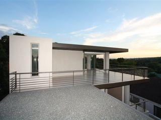 E2 Architects Балкон и терраса в стиле минимализм Бетон Серый