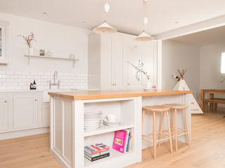 Plain and Simple Chalkhouse Interiors Klasyczna kuchnia Drewno Biały
