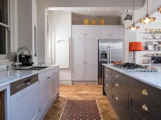 designer cool Chalkhouse Interiors Klasyczna kuchnia Drewno Szary