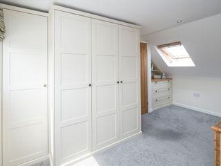 under eaves bedroom Chalkhouse Interiors SypialniaSzafy i komody Drewno Biały
